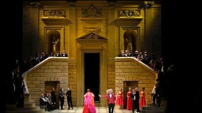 La soprano Jessica Pratt como Olympia  y el tenor Moisés Marín como Spalanzani, junto a miembros del Coro de Ópera de Bilbao en 'Los cuentos de Hoffmann'.