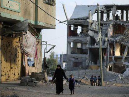 Una madre y su hijo, en las ruinas de Gaza.