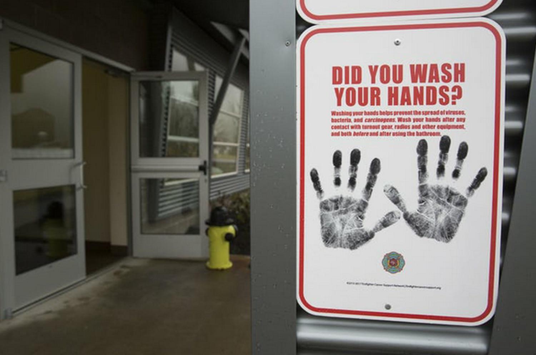 Un letrero fuera de una residencia en la Academia de Formación de la Patrulla Estatal de Bomberos del Estado de Washington le recuerda a la gente que se lave las manos.