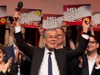 Alexander Van der Bellen celebra su victoria en las elecciones presidenciales, el domingo en Viena.