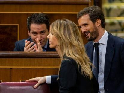 Teodoro García Egea aplaude a Cayetana Álvarez de Toledo en presencia de Pablo Casado, este miércoles en el Congreso.