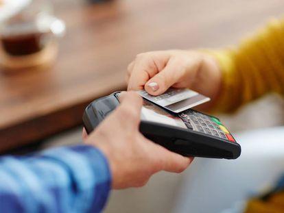Una usuaria realiza un pago con una tarjeta.
