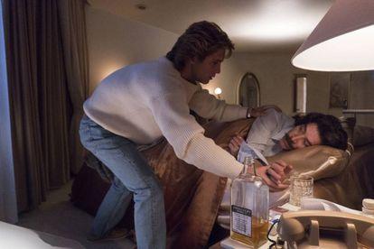 Luis Miguel consuela a su padre en un episodio de la serie de Netflix.