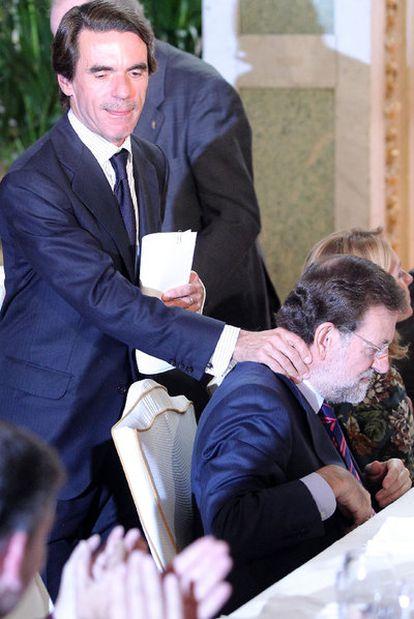 El ex presidente del Gobierno José María Aznar saluda a Mariano Rajoy en un acto celebrado ayer en Madrid.
