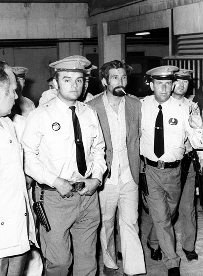 El Lute (con barba), el primer quinqui de la historia, en Sevilla en 1973, durante una de sus detenciones.