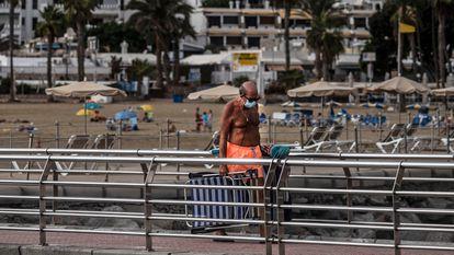Turistas en la playa de Puerto Rico, Las Palmas de Gran Canaria, Canarias, en octubre de 2020.