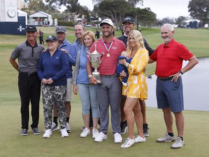 Jon Rahm, con miembros de su famila y su equipo.