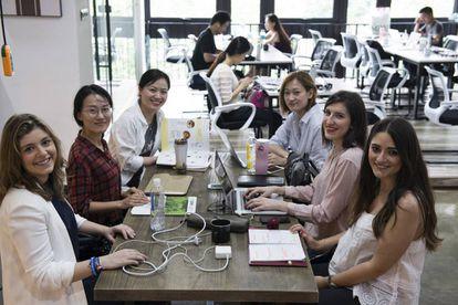 Captadores de alumnos chinos en las oficinas que la Universidad de Mondragón ha alquilado en Shanghái.