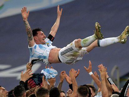 Lionel Messi manteado por sus compañeros tras la victoria de Argentina en la final de la Copa América en Maracaná.