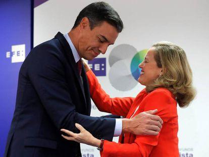 Pedro Sánchez y Nadia Calviño, el pasado septiembre en unos desayunos informativos. En vídeo, el anuncio de Pedro Sánchez durante el debate de este lunes.