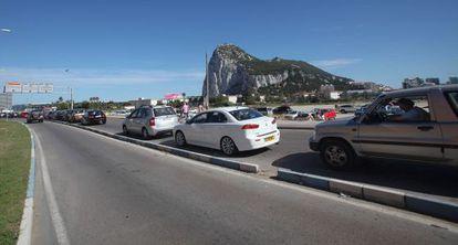 Colas de vehículos para entrar a Gibraltar desde La Línea.