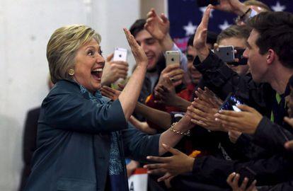 Clinton saluda a sus partidarios en Seatle.