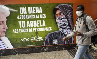 El cartel electoral de Vox, en la estación de Cercanías de Sol en Madrid.