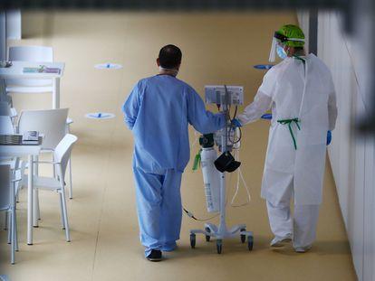 Un médico y un paciente del Zendal el pasado 29 de enero.