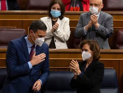Pedro Sánchez es aplaudido tras su intervención en el Congreso de los Diputados, este miércoles.