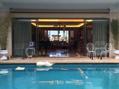 La piscina de la casa de Ava Gardner en 'Arde Madrid' después de una bacanal, en una imagen del rodaje.