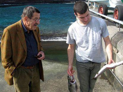 Günter Grass junto a un pescador en la isla de La Palma en 2007, en una fotografía realizada por su hijo.