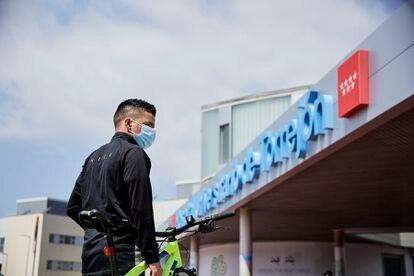 El colombiano Santiago trabajó como celador en el hospital de Torrejón (Madrid) en los peores momentos de la pandemia.