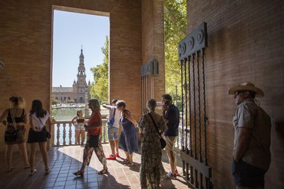 Turistas en la Plaza de España en Sevilla.
