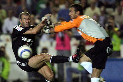 Zidane y Prats chocan en el área bética.