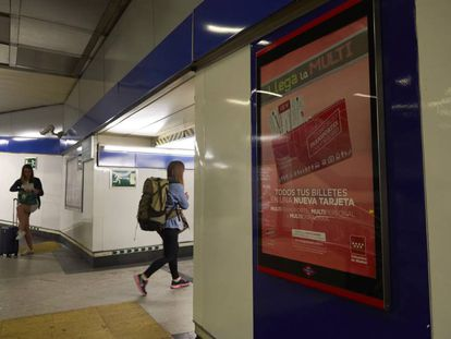 Un cartel anunciando la tarjeta de metro de Madrid, en la estación de Arguelles.