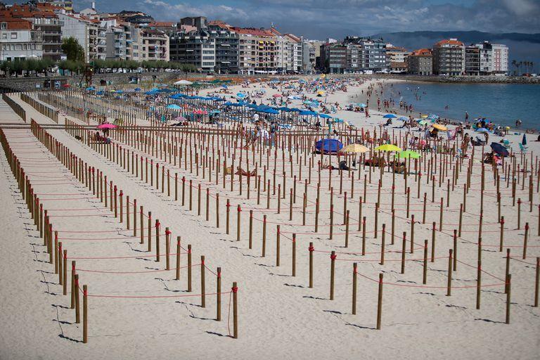 Playa de Silgar, en Sanxenxo, con las parcelas para garantizar la distancia social en primer término.