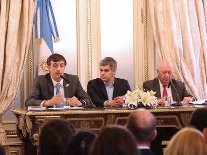 Los ministros Esteban Bullrich y Marcos Peña junto al expresidente de Chile, Ricardo Lagos en la Casa Rosada.