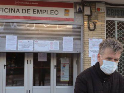 Un hombre pasa ante una oficina de empleo en Madrid.