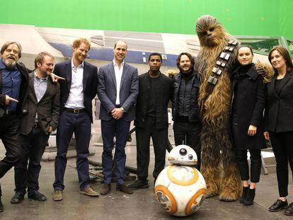 Enrique y Guillermo de Inglaterra, durante su visita al set de rodaje de 'Star Wars', en abril de 2016.