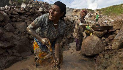 Dos mujeres extraen oro en la mina de oro de Porgera, en Papúa Nueva Guinea.