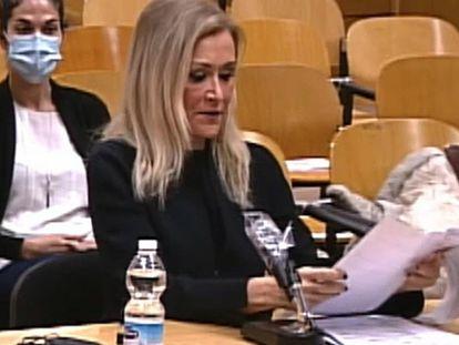 MADRID, 22/01/2021.- La expresidenta de la Comunidad de Madrid, Cristina Cifuentes, declara en el juicio que se sigue contra ella en la Sección 15 de la Audiencia de Madrid, como presunta inductora de la falsificación del acta que acreditaba que había defendido en 2012 un trabajo de fin de máster impartido por el Instituto de Derecho Público, asociado a la Universidad Rey Juan Carlos (URJC). EFE/ Audiencia Provincial /SOLO USO EDITORIAL/SOLO DISPONIBLE PARA ILUSTRA LA NOTICIA QUE ACOMPAÑA