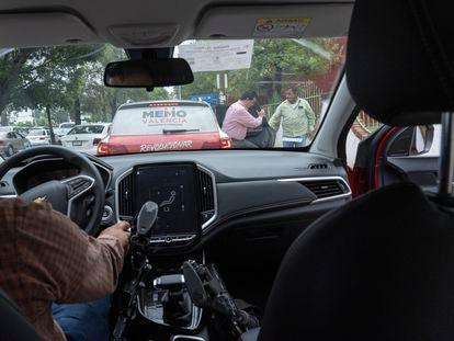 Guillermo Valencia, candidato del PRI a la presidencia municipal de Morelia, es escoltado por un fuerte equipo de seguridad.