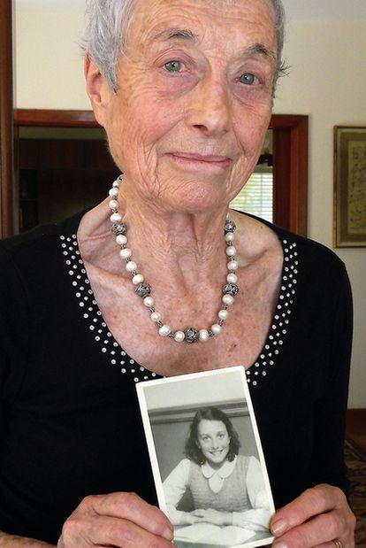 Nanette Blitz Konig, sostiene un retrato de juventud.