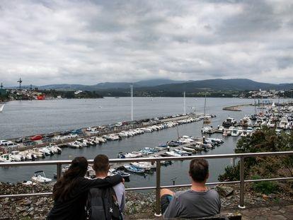 Castropol, en Asturias, al fondo de la imagen, tomada desde el puerto deportivo de Ribadeo (Lugo), sobre la ría del mismo nombre.