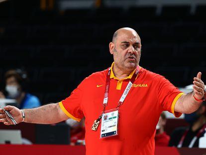 El exentrenador de la selección femenina de baloncesto durante el partido de cuartos de final contra Francia en los Juegos de Tokio.
