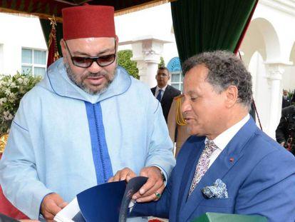Mendhi Qotbi con Mohamed VI en un acto oficial.
