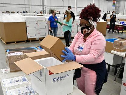 Una trabajadora empaqueta una caja de la vacuna Johnson and Johnson contra la covid-19 en una hielera para enviarla a los centros de vacunación, en Kentucky, Estados Unidos.