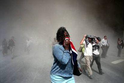 Gente utilizando su ropa como mascarilla, Nueva York, 9/11/2001.