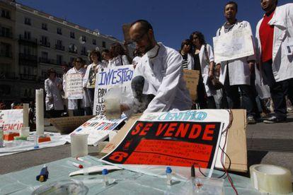 Jóvenes investigadores se manifiestan en la Puerta del Sol de Madrid en defensa de la ciencia.