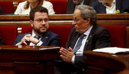 El vicepresidente de la Generalitat, Pere Aragonès, habla con el presidente, Quim Torra.