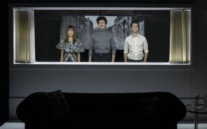 Los actores Irene Arcos, Miki Esparbé y Raúl Arévalo, en 'Traición'.