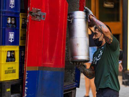 Un repartidor coloca la mercancía en su camión, este jueves en Toledo.