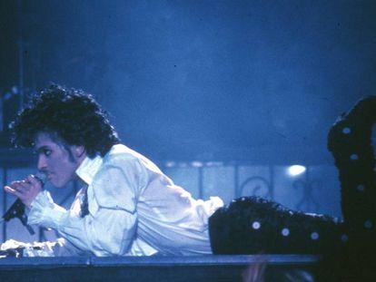 El cantante estadounidense Prince, durante un concierto celebrado en 1985 en Inglewood, California.