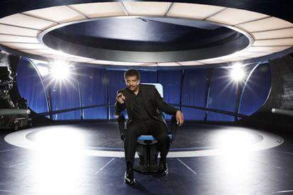 Neil deGrasse Tyson, en la nave con que viaja por el universo en 'Cosmos'