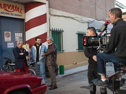 Manolo Cal, Ricardo Gómez e Imanol Arias, durante el rodaje de la 19ª temporada de 'Cuéntame'.