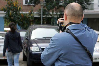 Los detectives privados cobran unos 2.500 euros por  seguir a empleados que fingen bajas laborales.