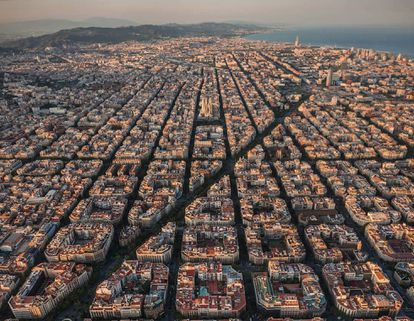 Aerial view of the Eixample, where you can see the plan of the Cerdà blocks, originally with public gardens in the center that were closed over time, transforming the city into a grid for cars.  The superblocks contemplate closing sets of four by four blocks of Cerdà to traffic.
