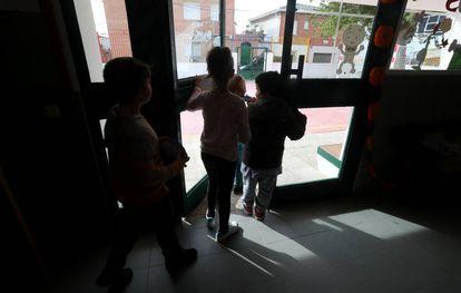 Alumnos del colegio de Garciotum salen al recreo.