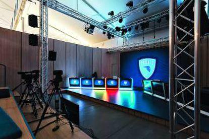 Escenario con pantalla gigante de la Arena, la sala de competición con gradas para más de 100 personas de aforo.
