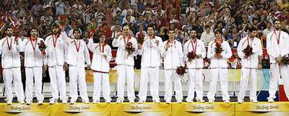 Los españoles, en el podio con las medallas de plata. De izquierda a derecha: Garbajosa, Mumbrú, Marc Gasol, Berni, Raúl López, Jiménez, Felipe Reyes, Calderón, Navarro, Ricky Rubio, Rudy y Pau Gasol.